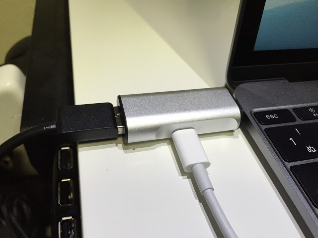 MacBook 12インチで充電とUSB同時利用のアダプタが超便利!
